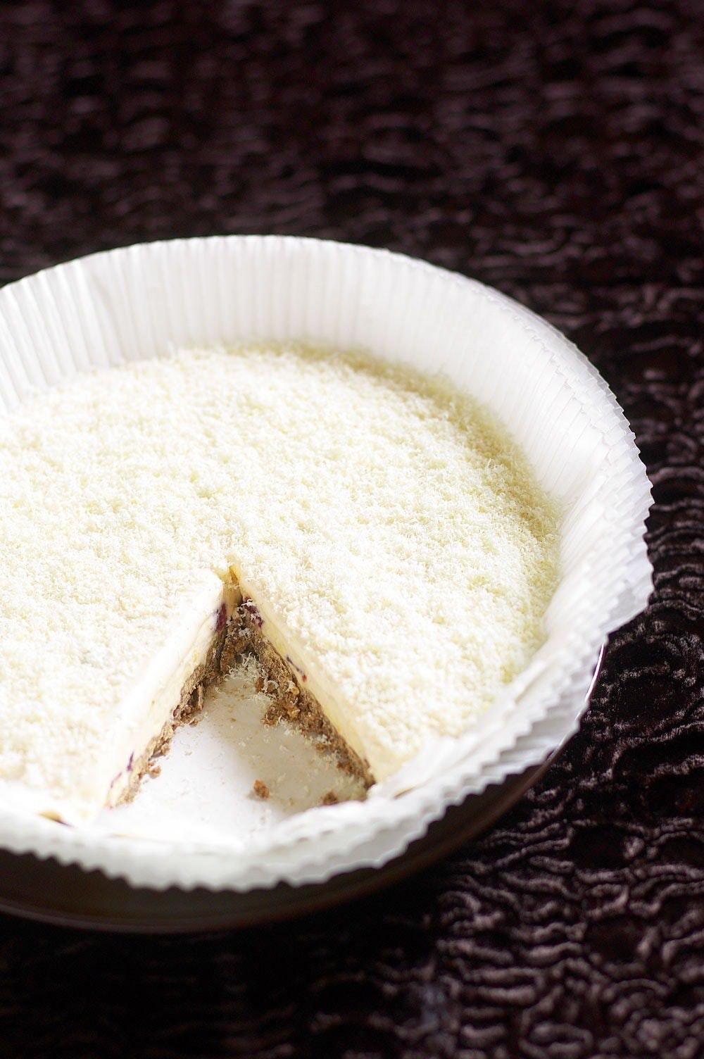 Parfait af hvid chokolade og tranebær med lys chokoladecrumble