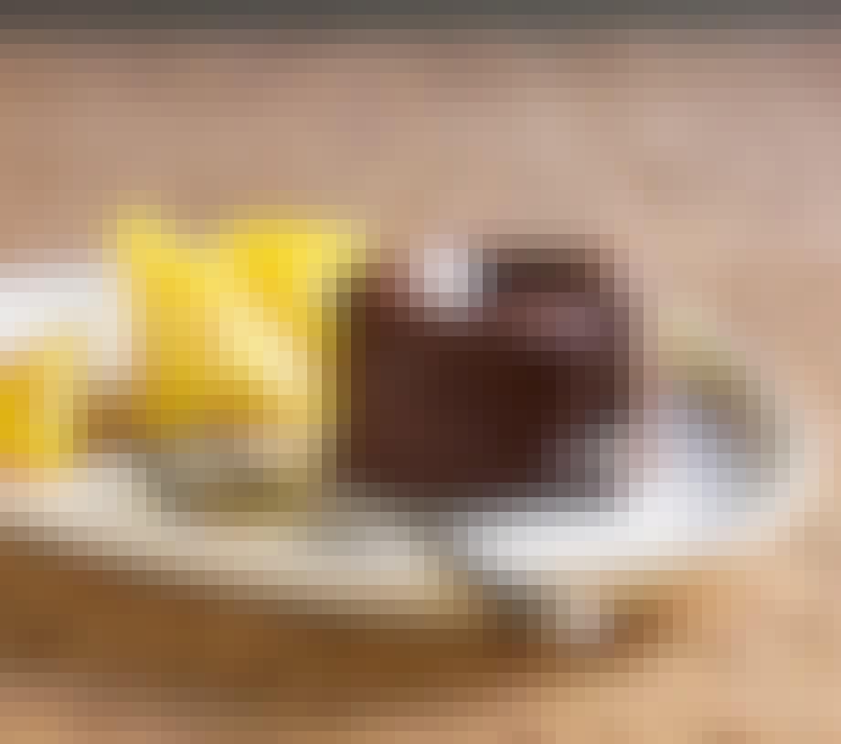 Bleeding chocolate cakes med karamelliseret ananas