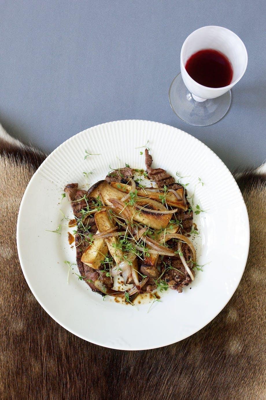Grillet krondyrkølle, keyserhatte med grillet fennikel og dild