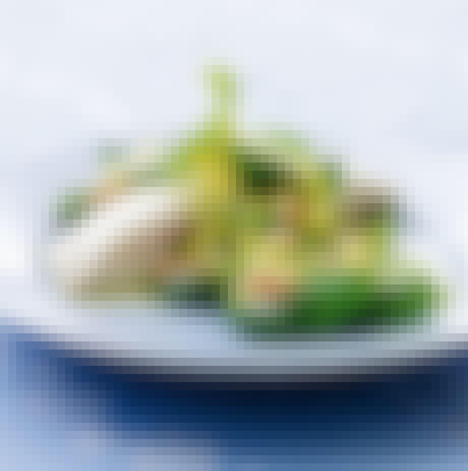 Ovnbagt helleflynder og savojkålssalat med kikærter