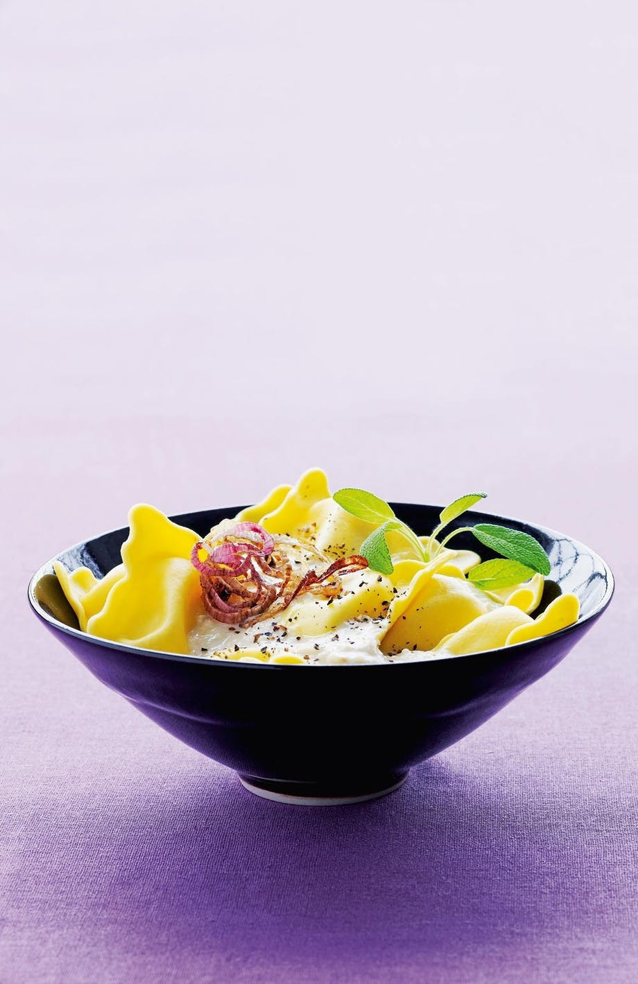 Ravioli med bananskalotteløg i to teksturer