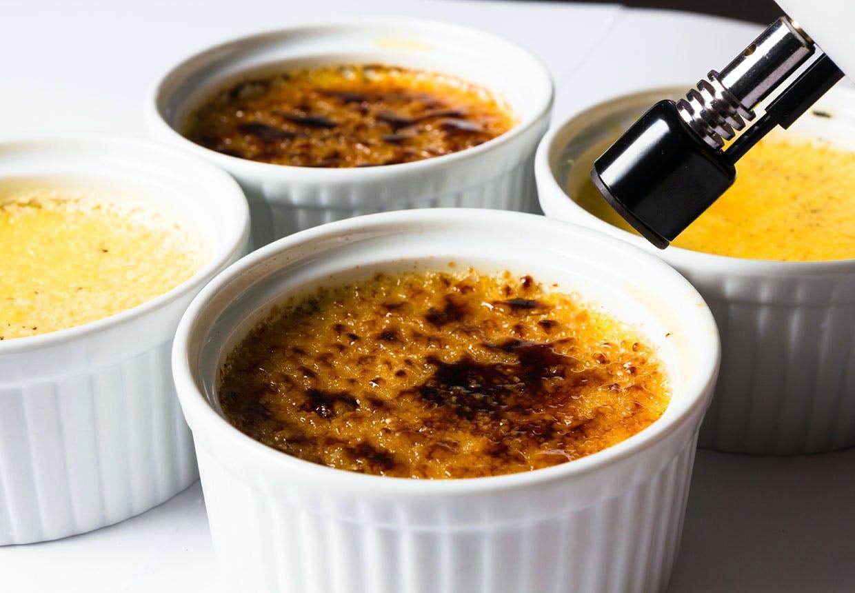 Crème Brûlée karameliseres med en gasbrænder eller på grillen i ovnen.