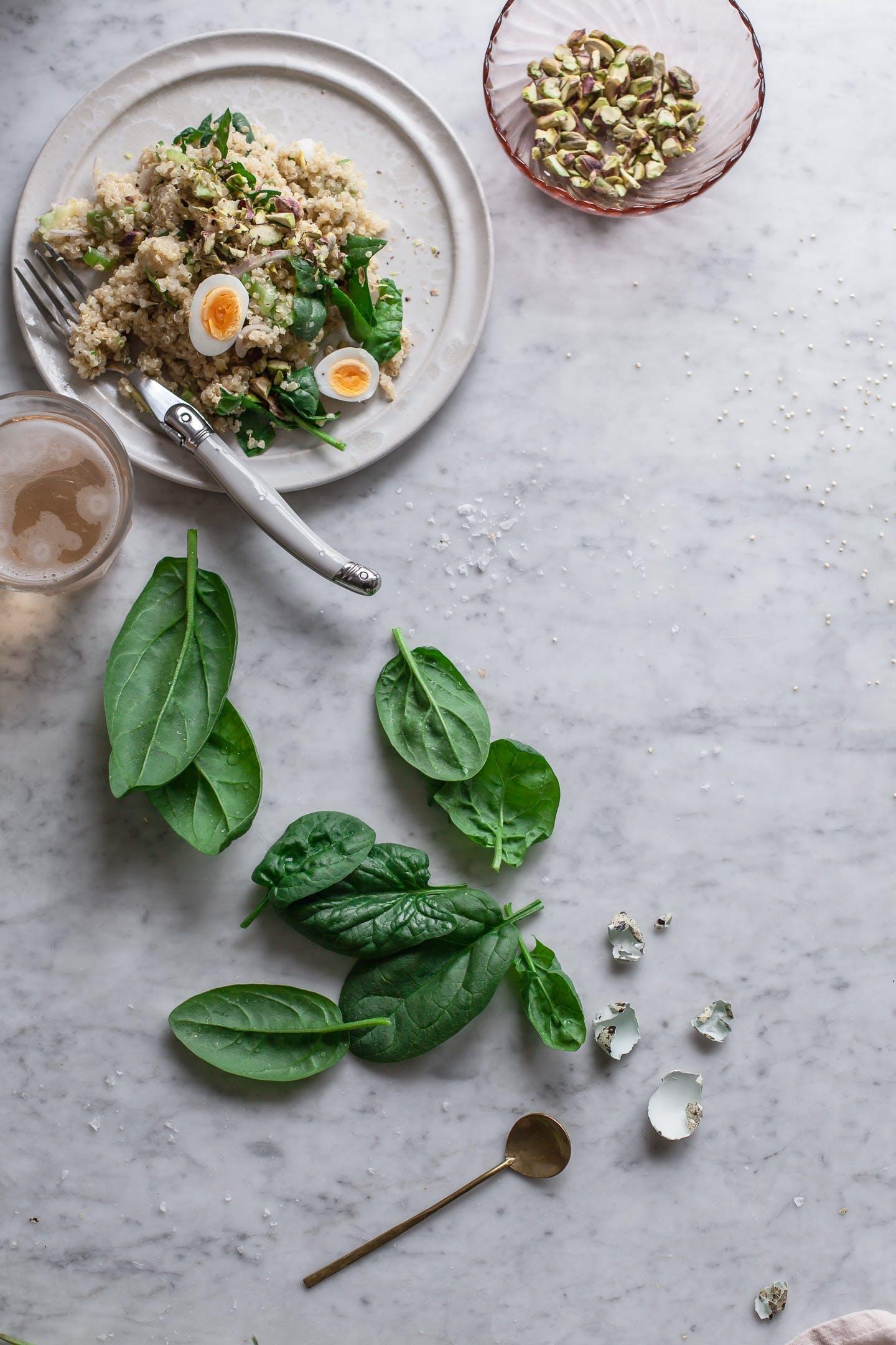 quinoa salat opskrift æg basillikum