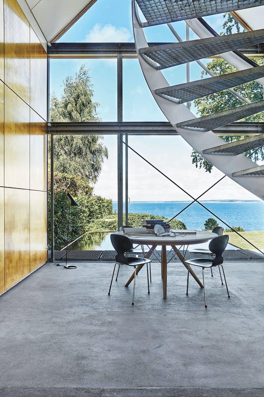 spisestue udsigt myre-stol rundt spisebord vindeltrappe