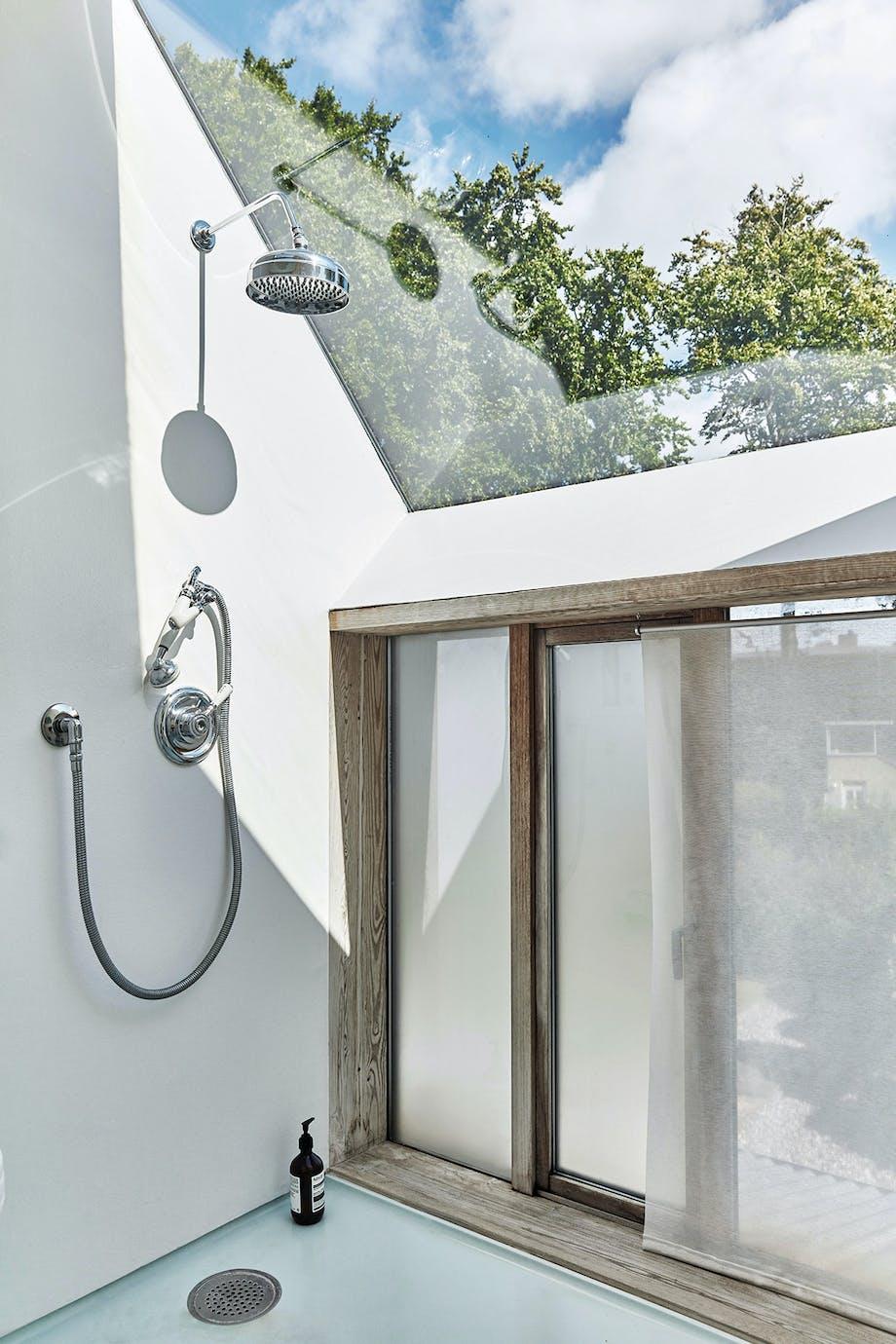 badeværelse loftvinduer udsigt brusekabine