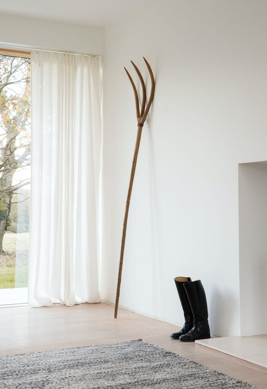 høtyv minimalistisk indretning