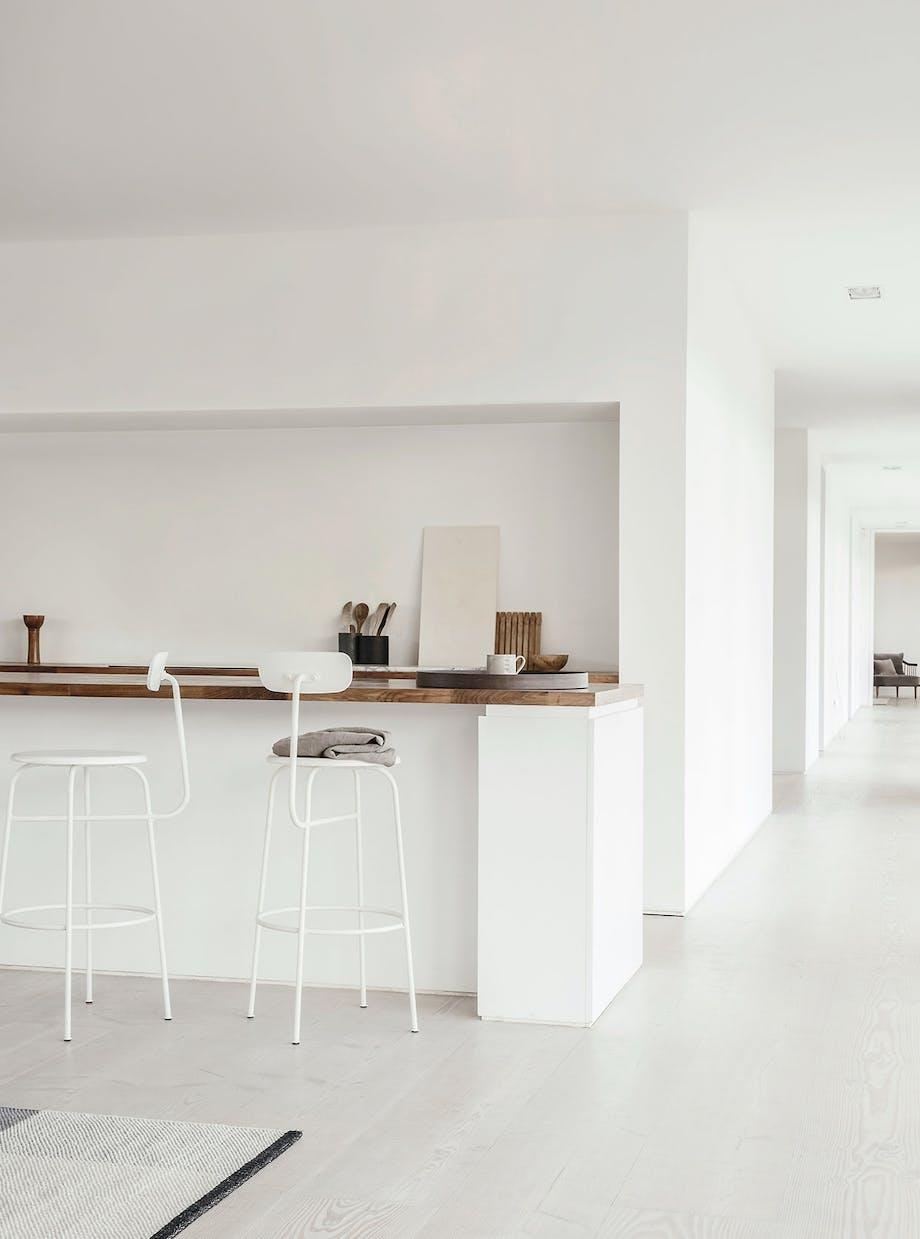 hvidt minimalistisk køkken barstole afteroom menu