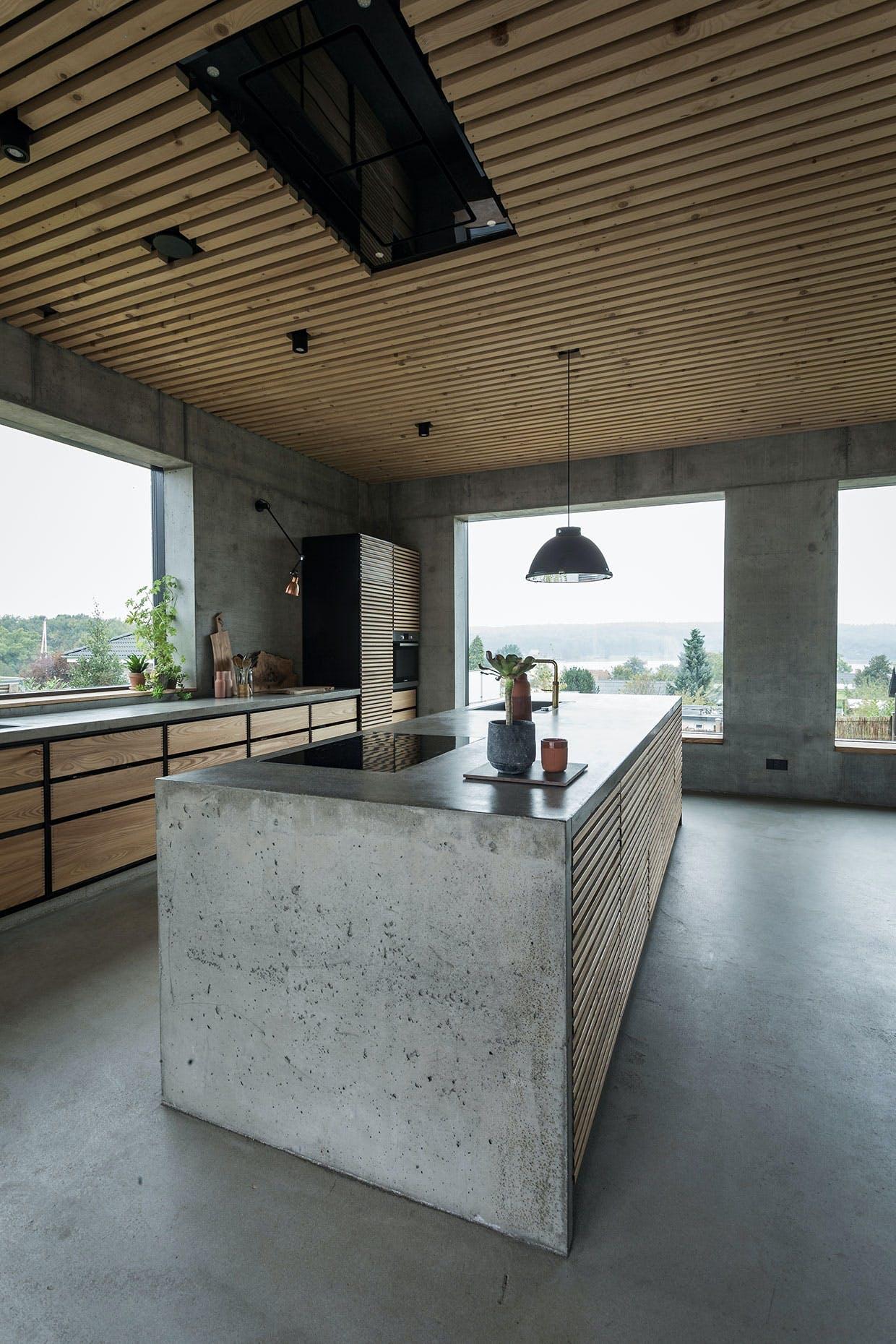 køkkenø beton træ køkken udsigt emhætte