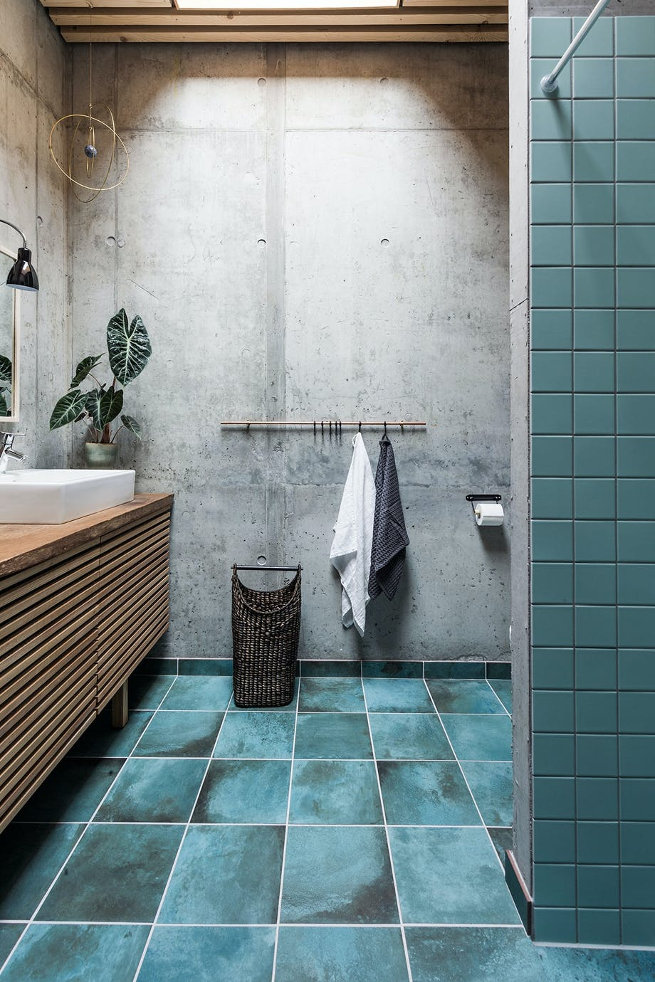 badeværelse turkise klinker beton træ planter ovenlys