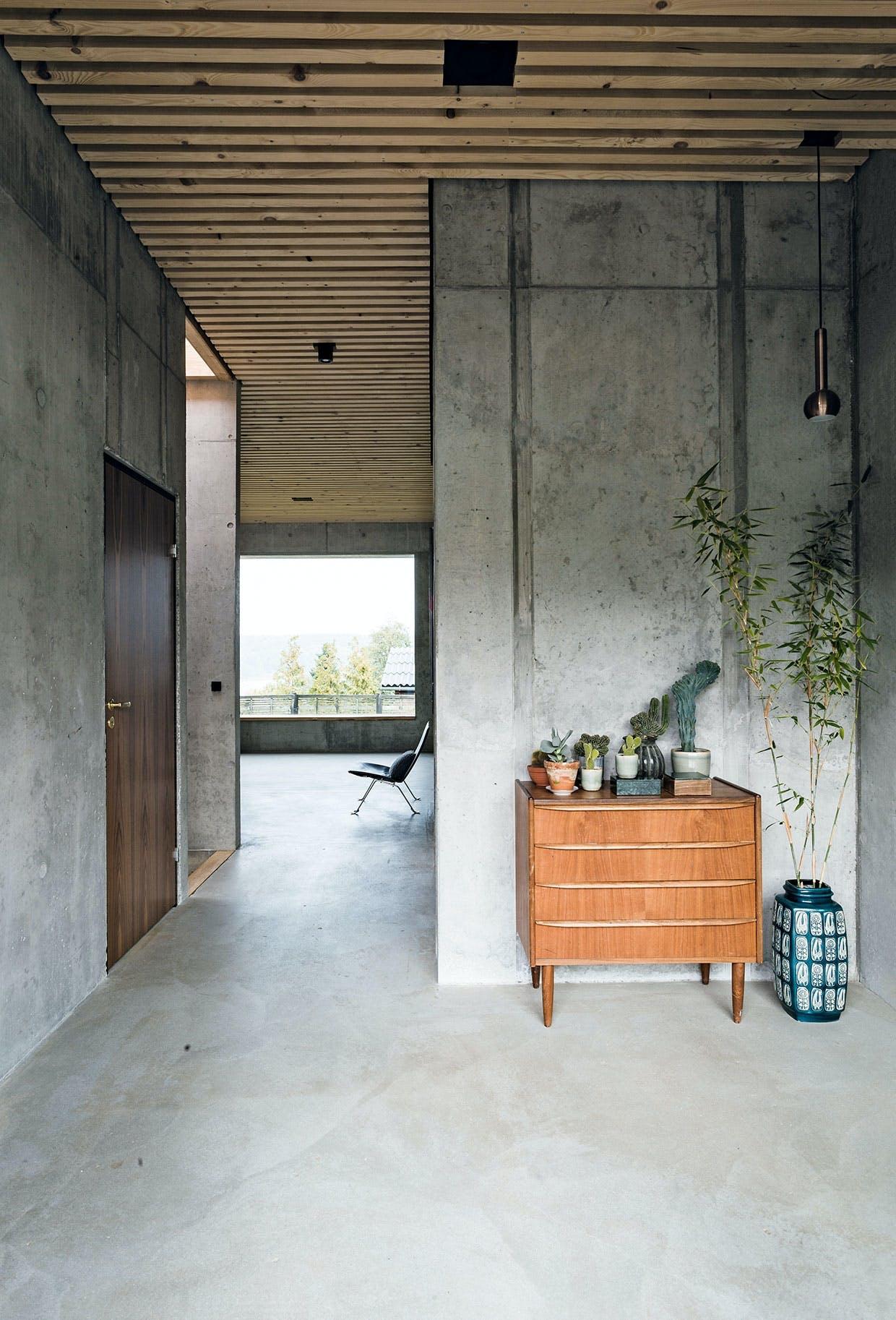 kommode antik beton træ planter entre