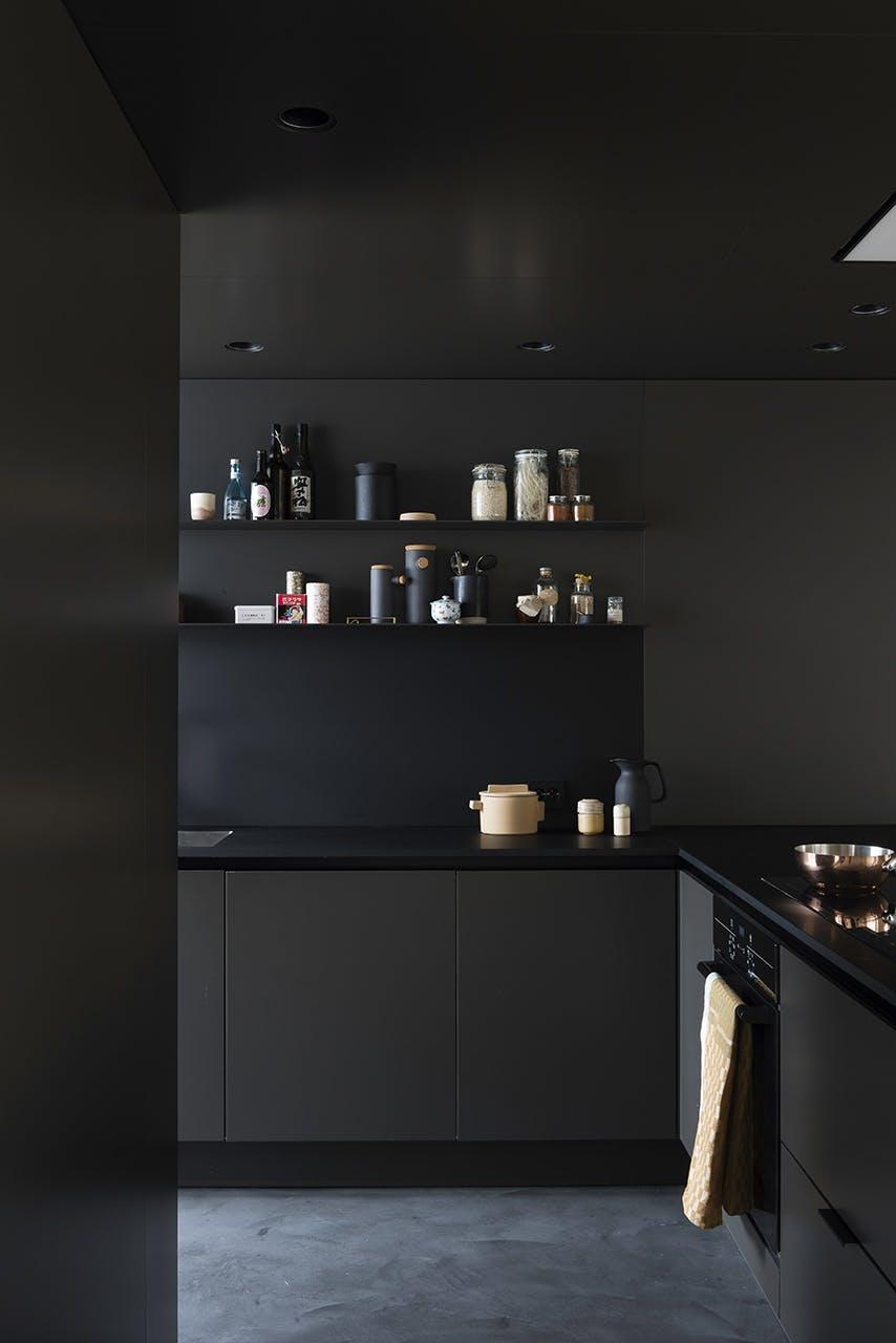 køkken indretning sort moderne nordisk stil køkkenbord