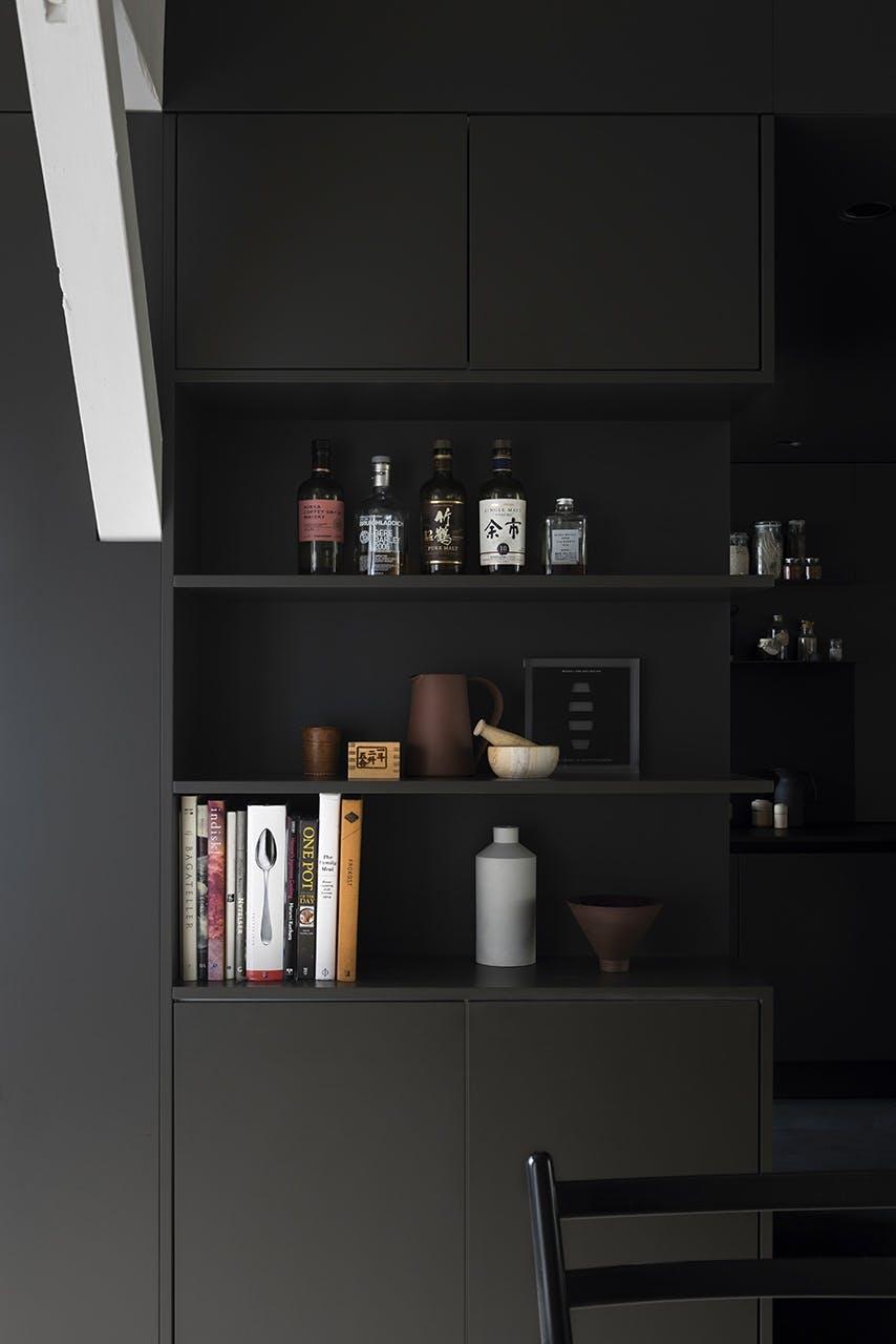 køkken indretning sort moderne nordisk stil pynt design