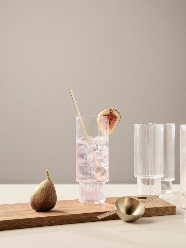 bf7d42d03204 Med spændende geometriske former og rillet overflade pynter disse nye glas  fra Ferm Living på ethvert opdækket middagsbord.