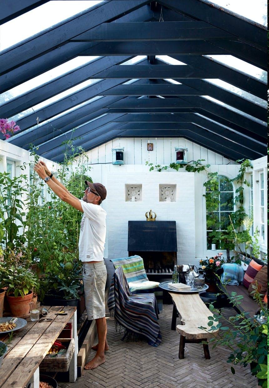 Drivhus fyldt med rejsefund og afgrøder