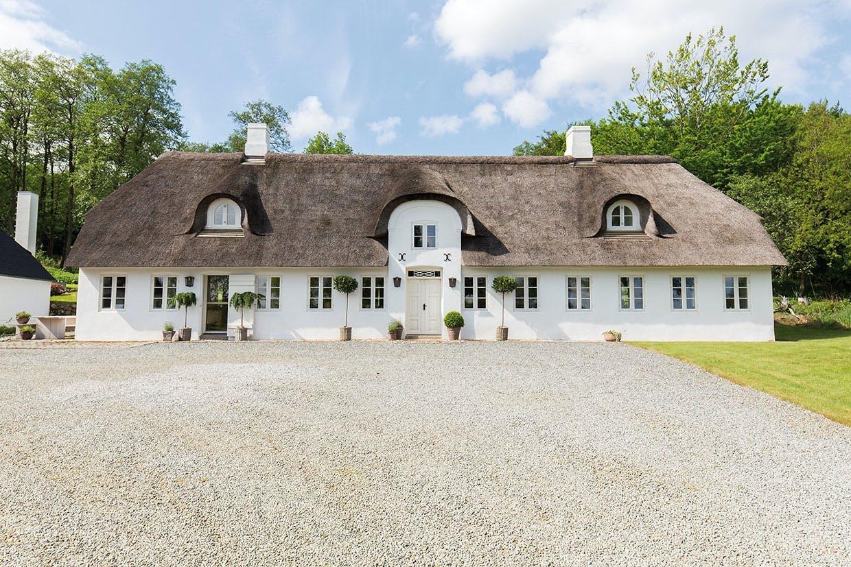 hvidt stråtækt hus natur