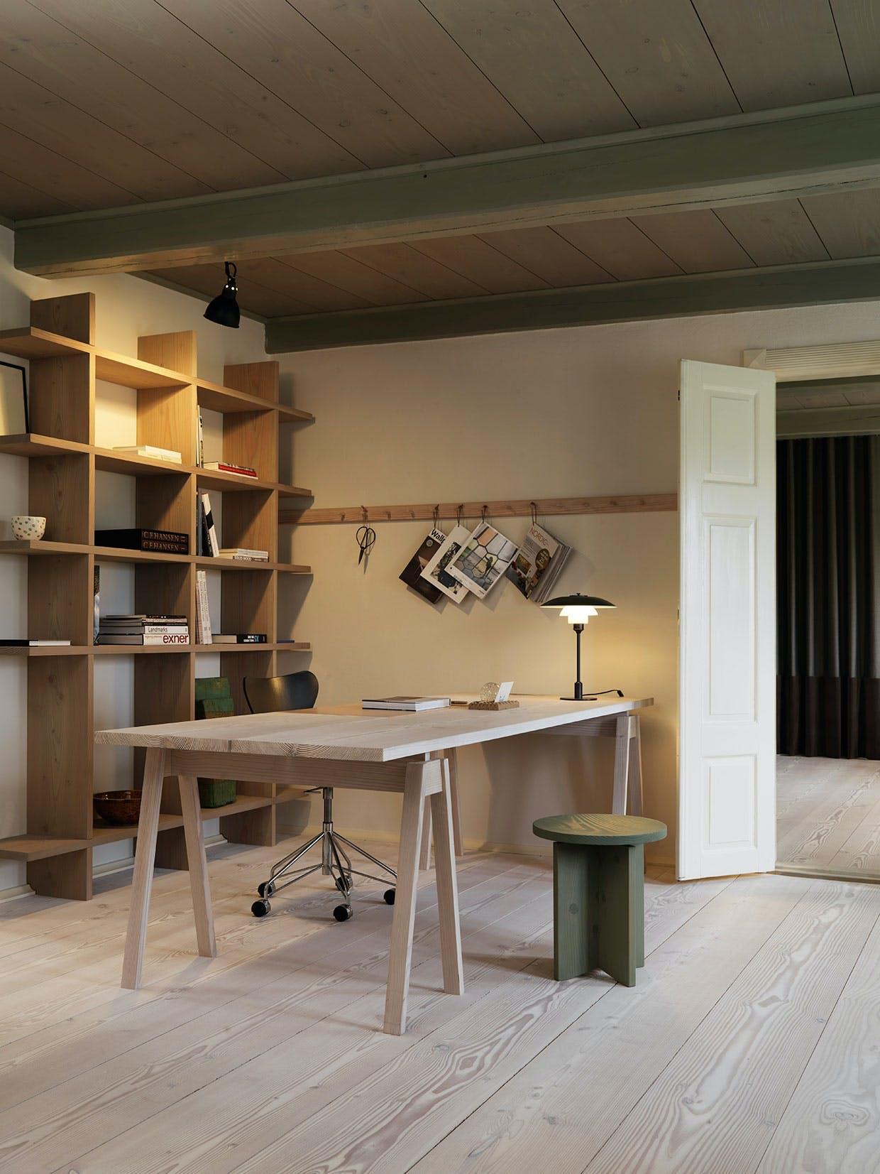 kontor skrivebord reol skrivebordsstol ph lampe