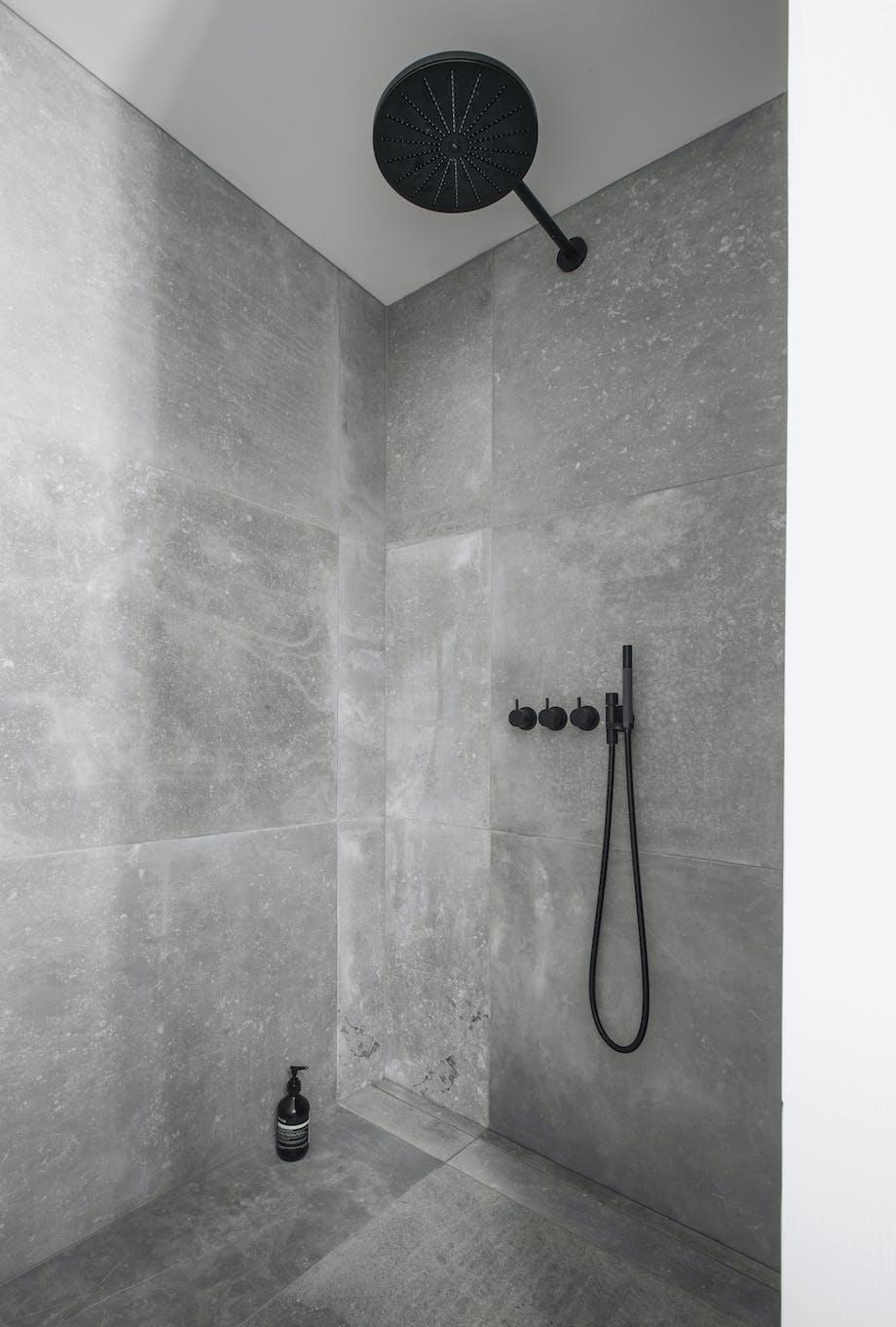 Se arkitektens badeværelse som blander japansk rumdeling og nordisk minimalisme | bobedre.dk