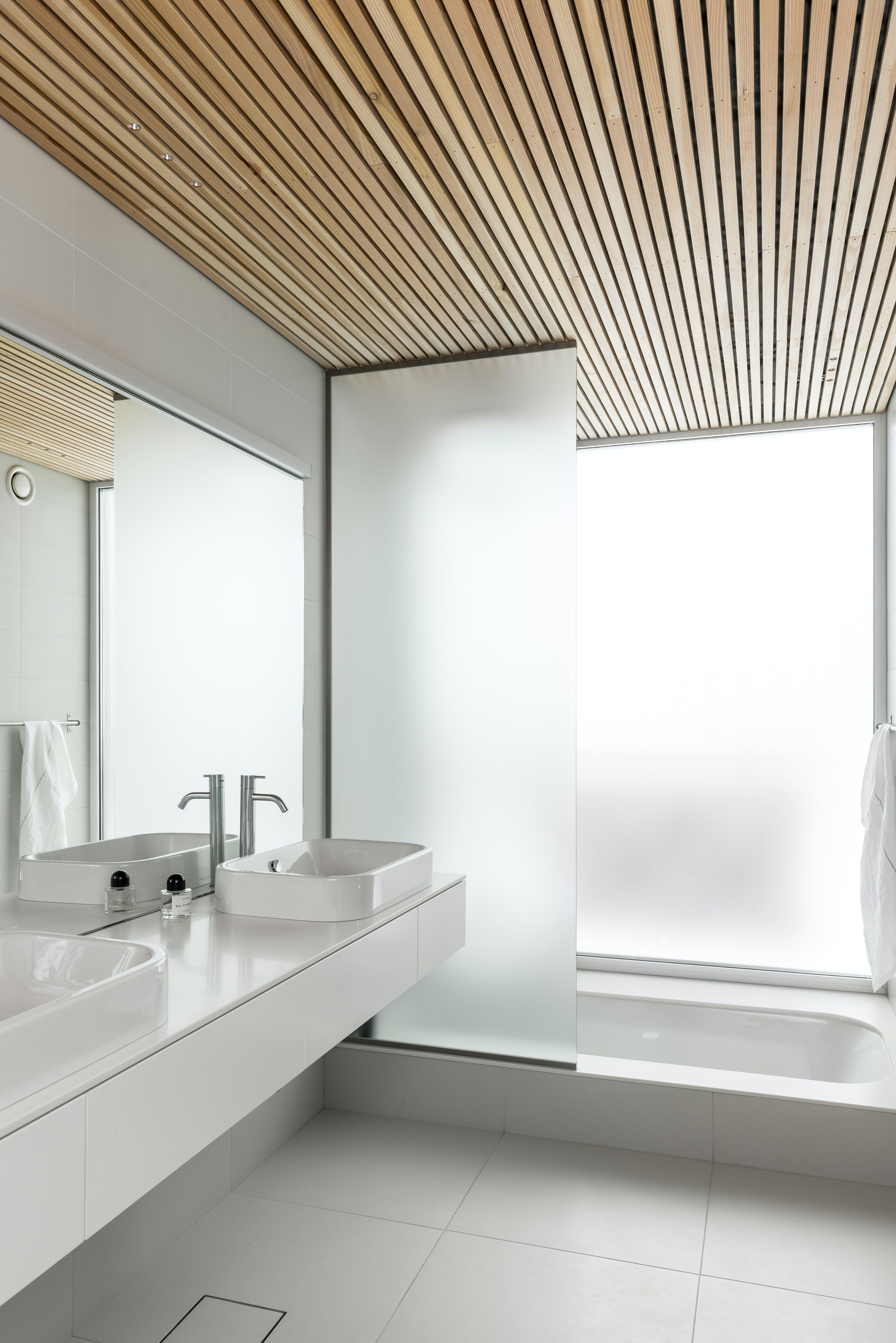 badeværelse håndvask badekar glasvæg