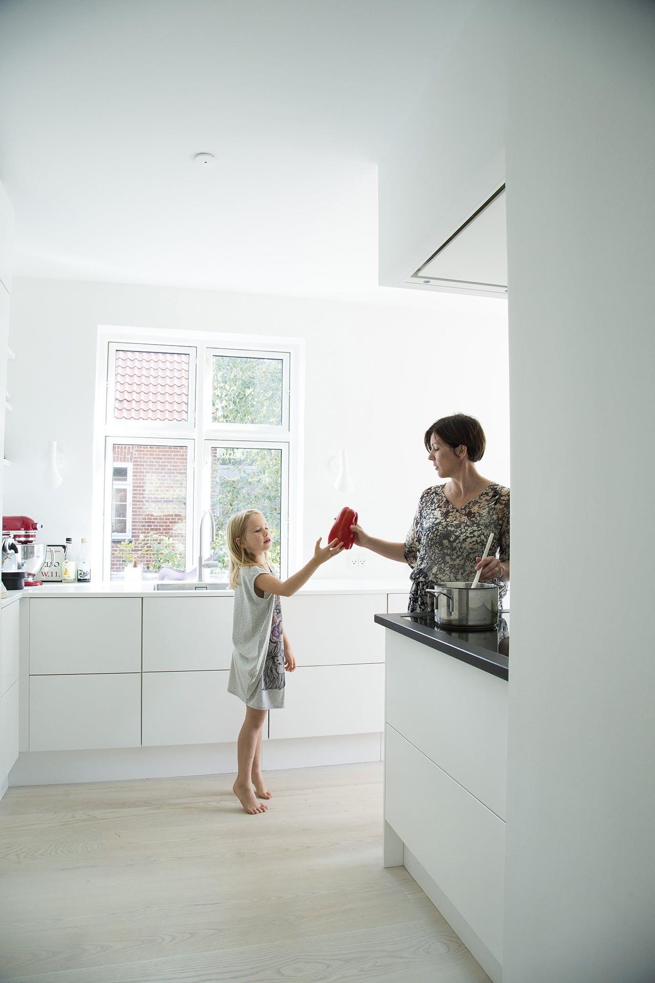 Ombygget køkken i murermestervilla med mor og datter