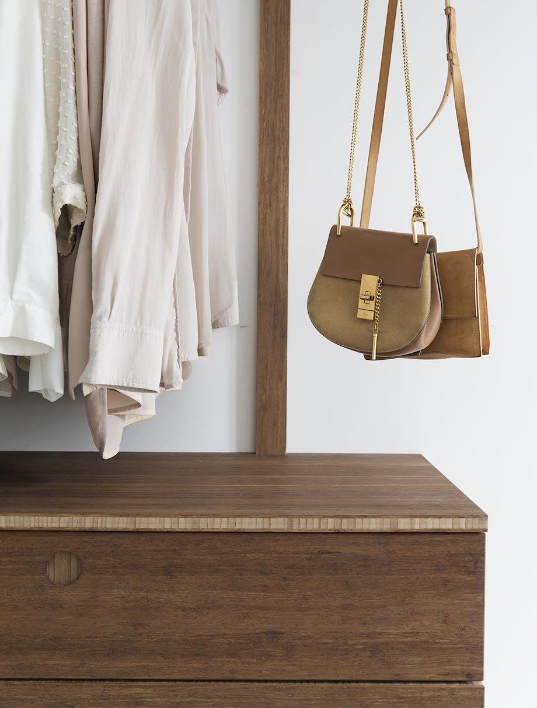 garderobe indretning taske tøj bambus