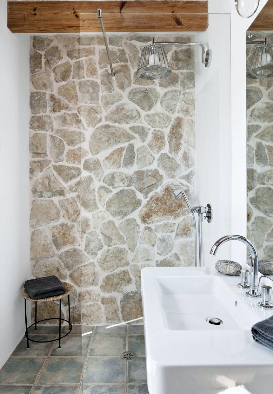 Badeværelse Med Rå Rustikke Sten