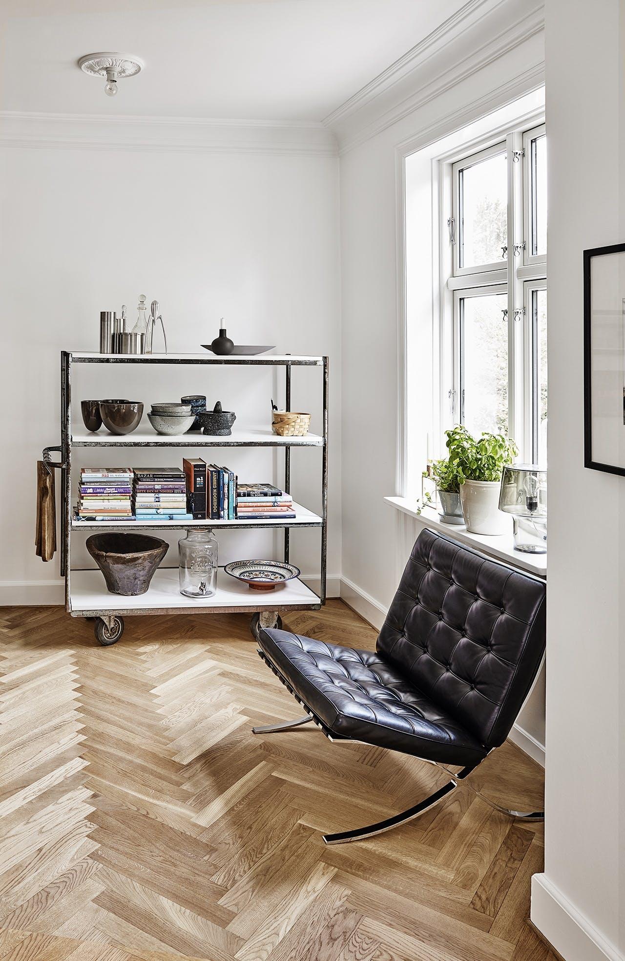 villa herskabsvilla indretning bolig stue sofa stol reol
