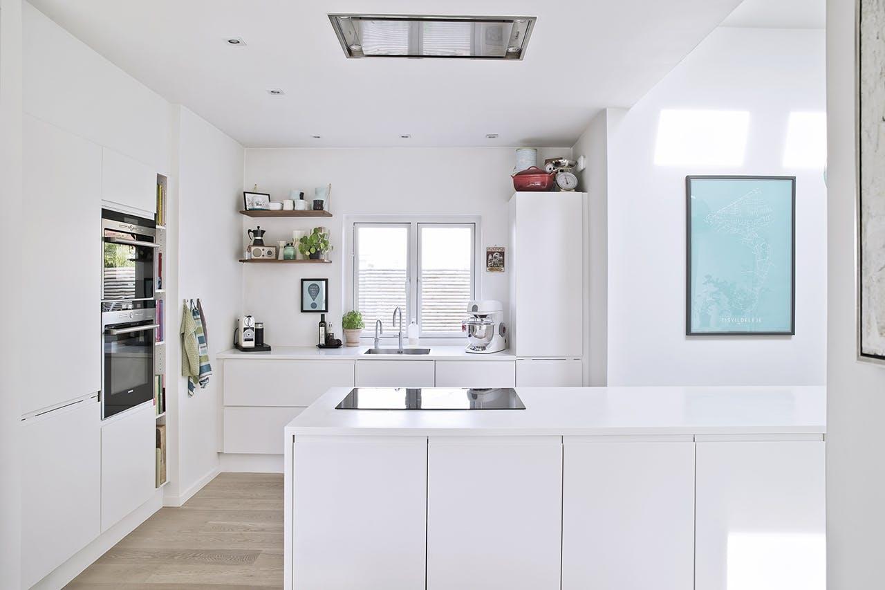 køkken lyst hvidt køkkenø
