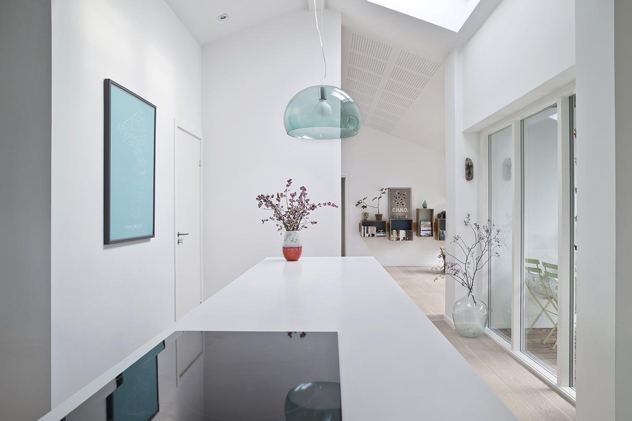 køkken ovenlysvindue lampe hvidt