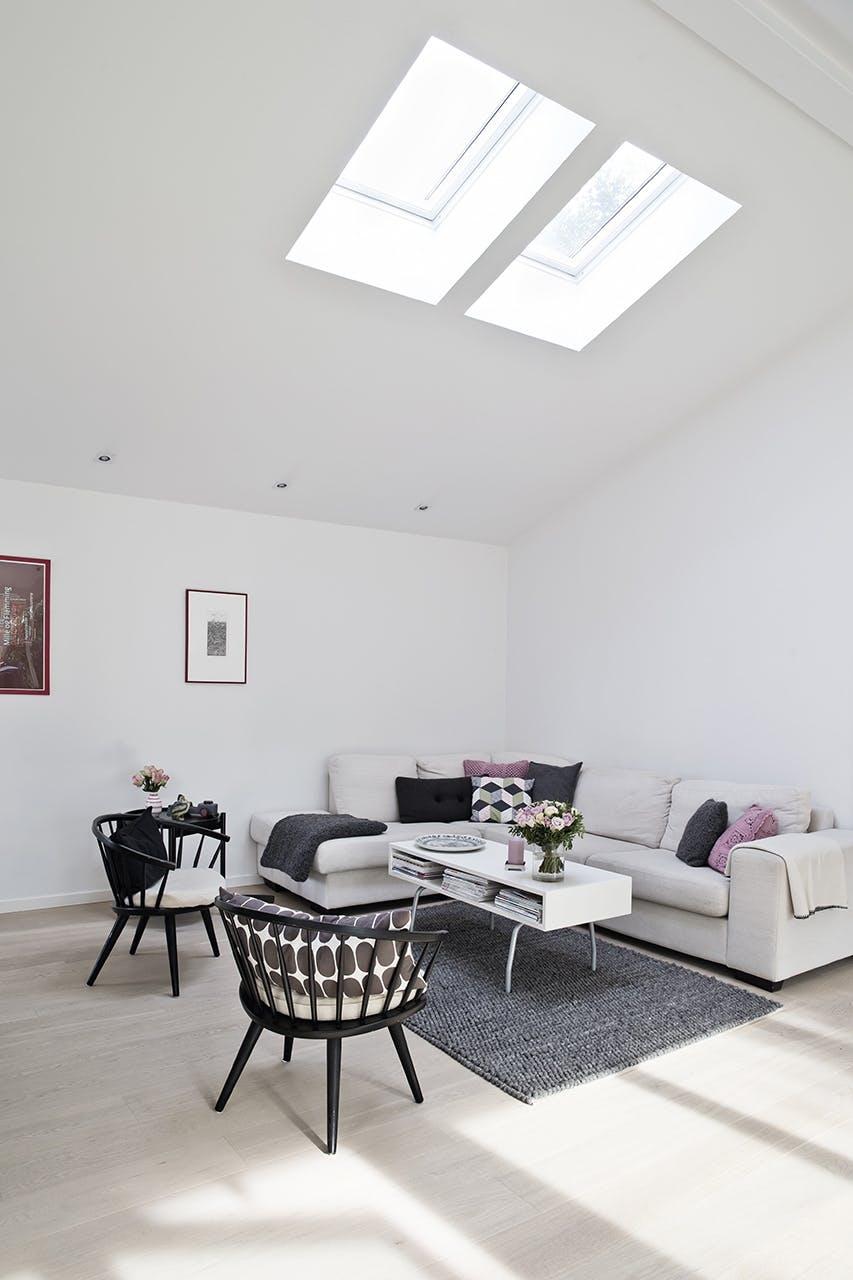 ovenlysvinduer stue sofa sofabord lyst stole