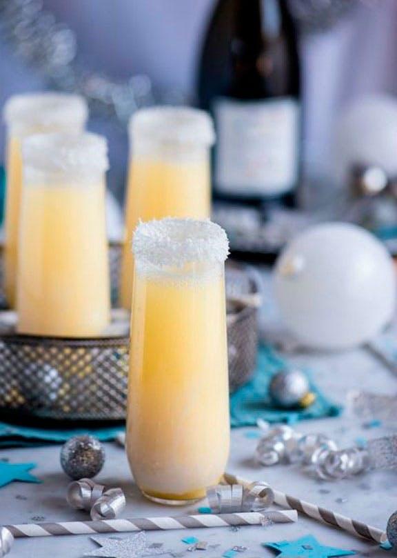 Champagne-cocktail med ananas og kokos
