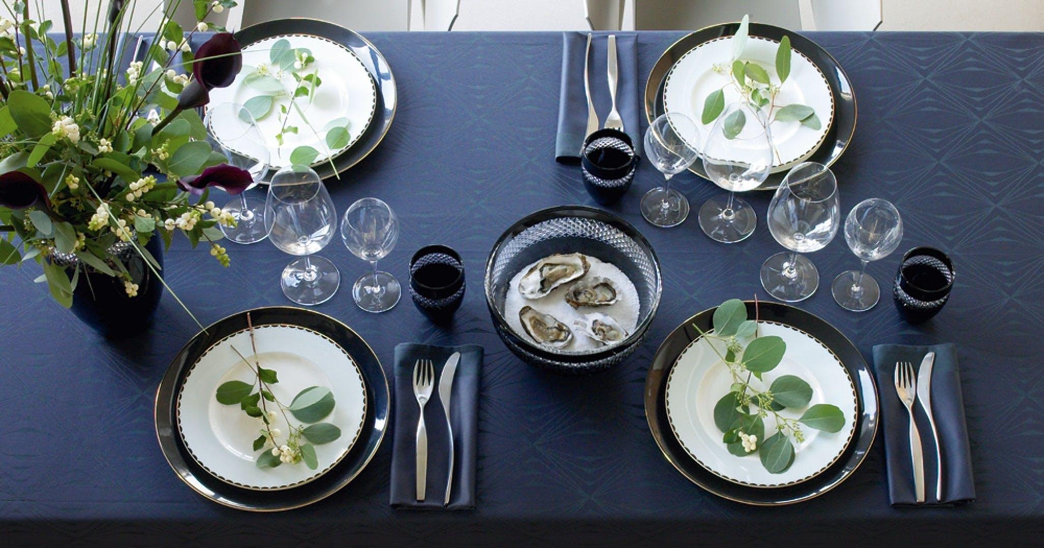 nytår borddækning nytårsaften blå dug blomster