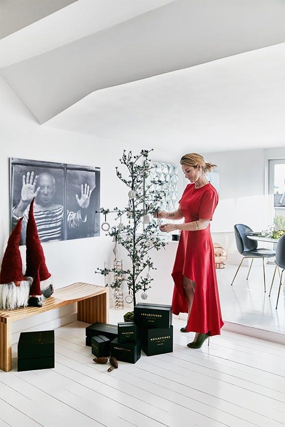 julie hugau fra reflectios copenhagen pynter juletræ i sin stue