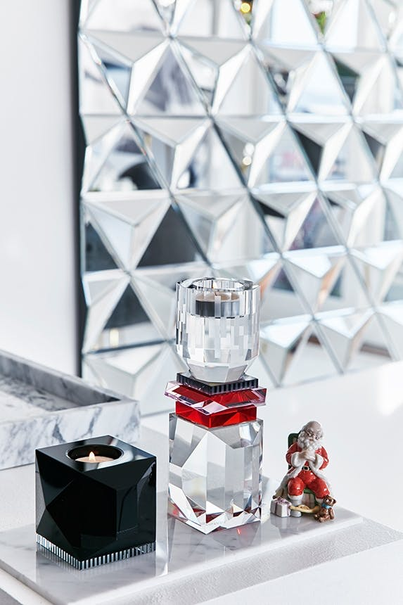 bord med marmorbræt fra hay og sort lysestage og spejl
