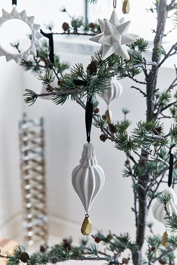 hvid julepynt fra haus på juletræ