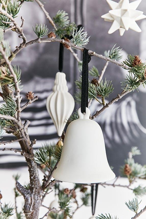 hvid julepynt af stjerner og klokker på juletræ