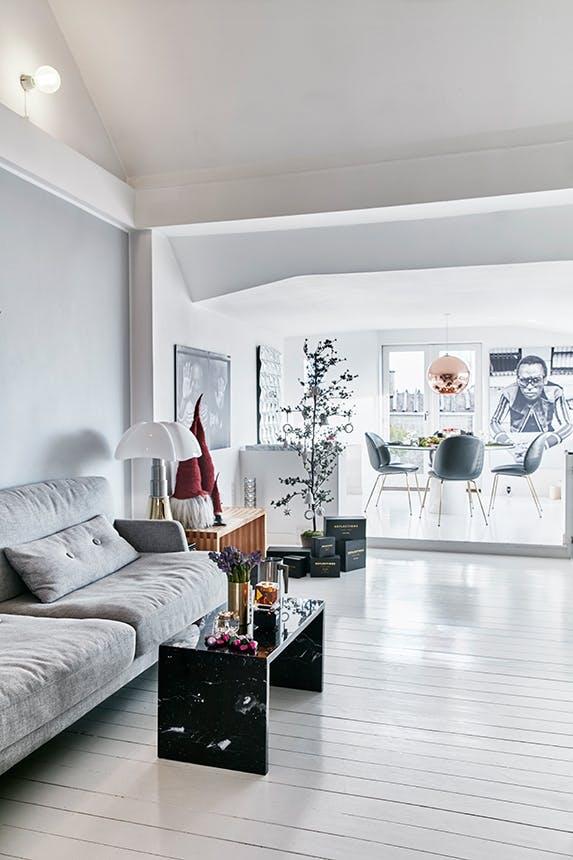 stue i sorte og hvide farver pyntet op til jul