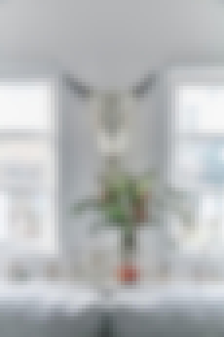 vindueskarm med stor vase og julefigurer fra royal copenhagen