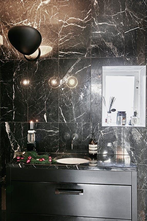 badeværelse i sort marmor og væglampe fra gubi
