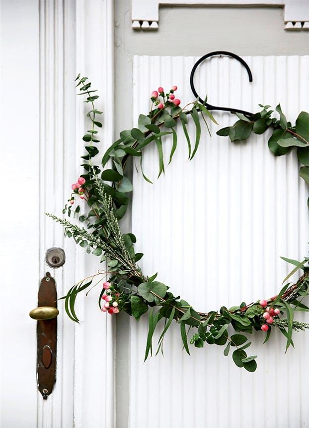 julekrans hængende på døren udenfor