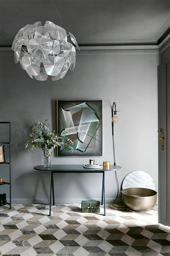 entre i grå farver og mønstret gulv samt en stor loftslampe