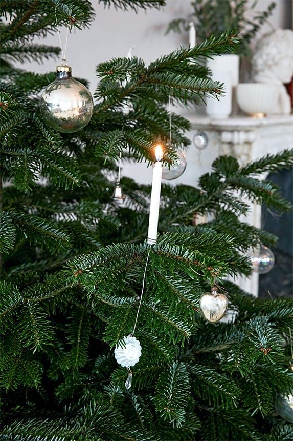 juletræ med julekugler og levende lys