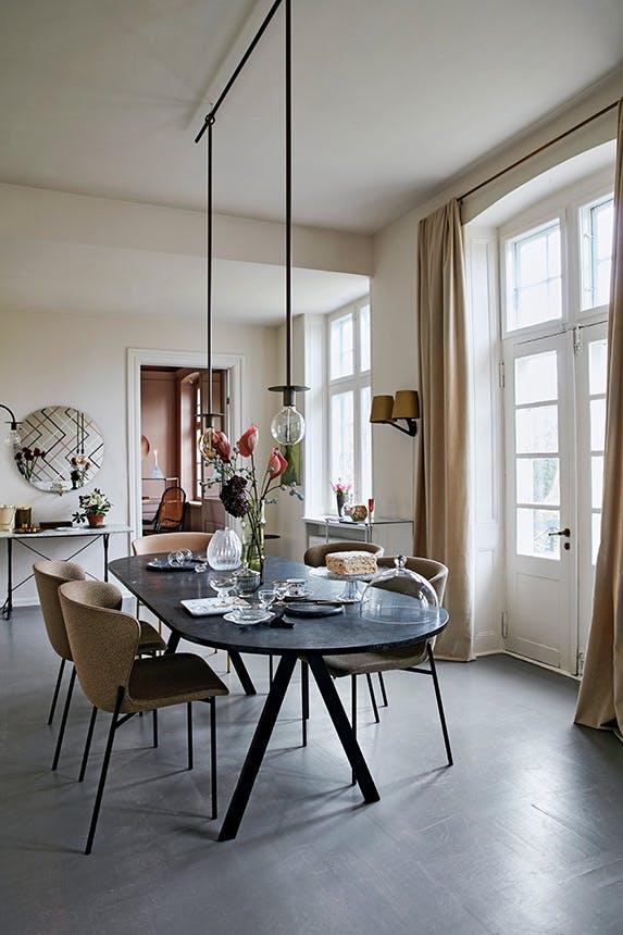 spisebord i spisestue med to loftslamper