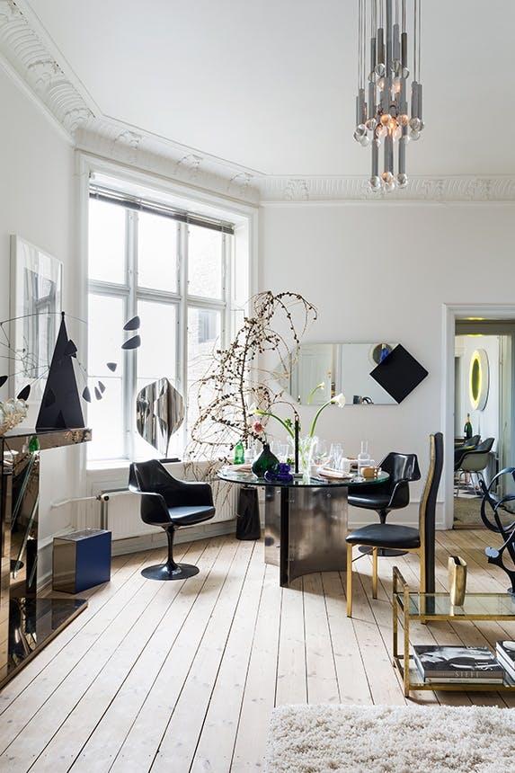 stue der er pyntet op til jul med stor troldegren