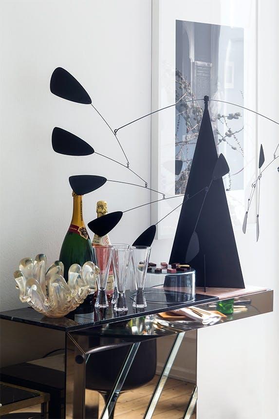 bar pyntet op til jul med champagne og dekorative glas