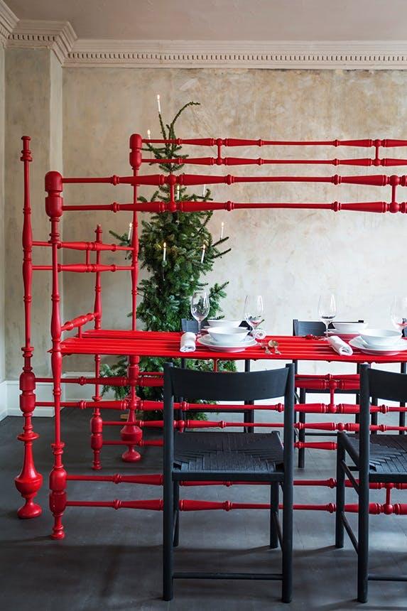 rødt julebord i spisestue pyntet op til jul