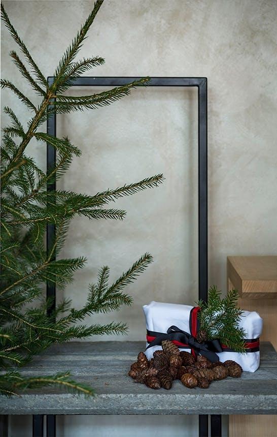 bord med julegave og gran og kogler