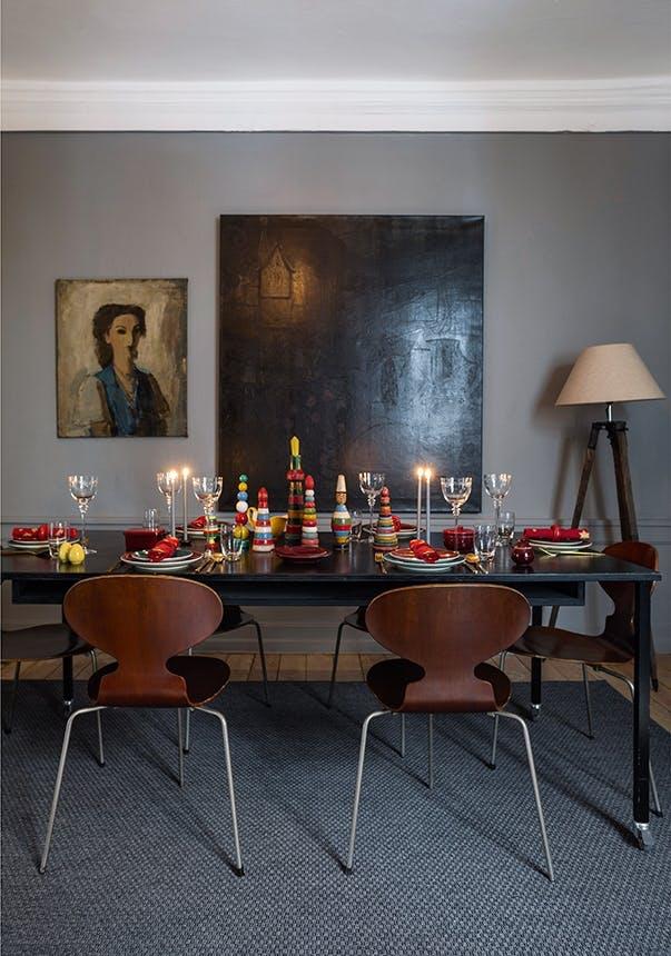 bord dækket op til jul i spisestue