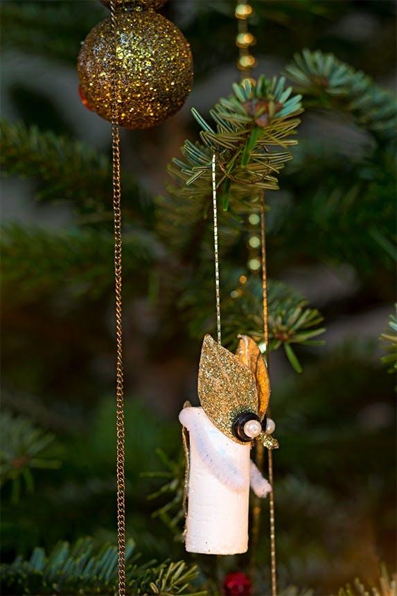 juletræspynt på juletræ og julekugler