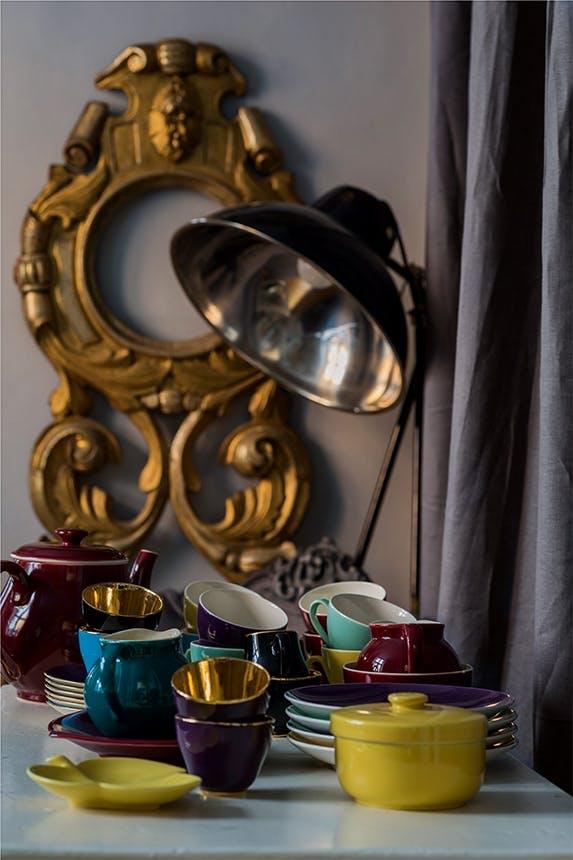 kopper og tallerkener og en tekande fra confetti-serien