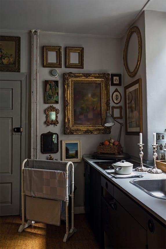 køkken i shanes lejlighed med mange billeder på væggene